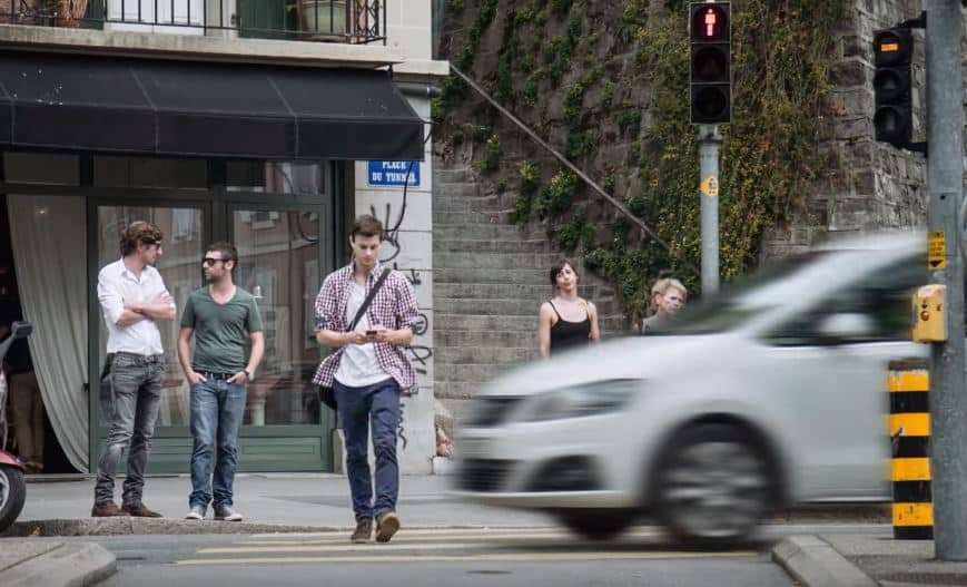 ¡Verídico! Llega la 'Ley del Caminante Distraído': Hasta 85 euros de multa por cruzar mirando el móvil