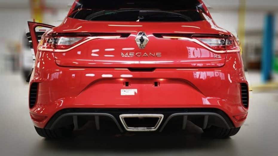 El Renault Mégane RS se deja ver de nuevo: Ahora en un llamativo rojo que lo hace aún más agresivo