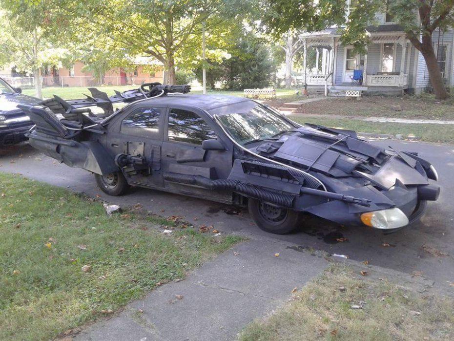 Este singular Batmóvil esconde en su interior un Toyota Camry ¡Y puede circular por la calle!