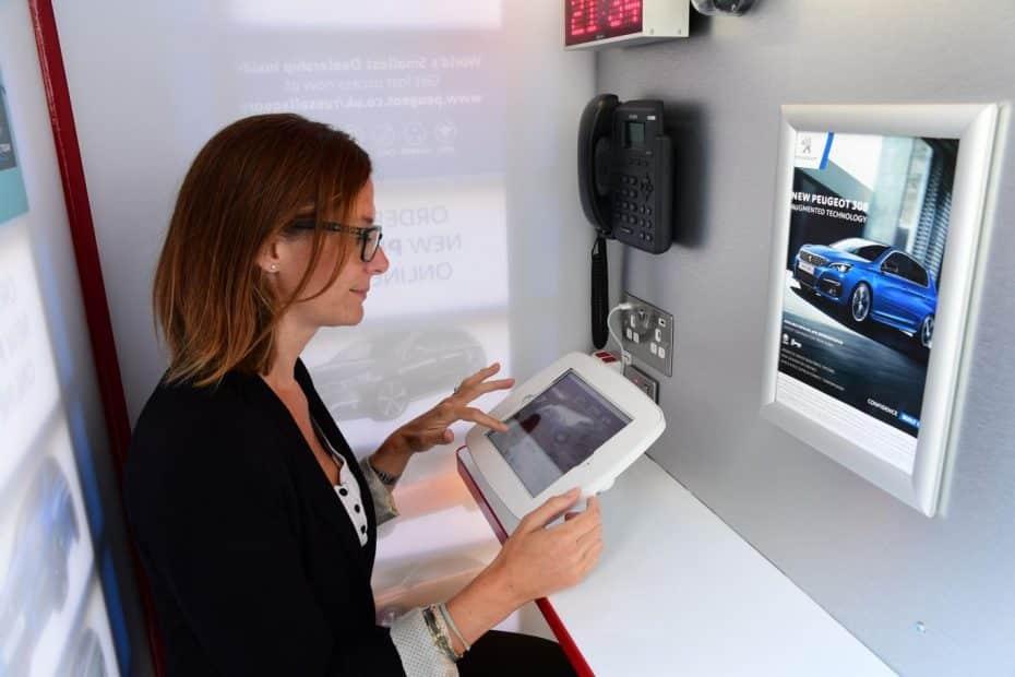 El concesionario más singular del mundo está… ¡En una cabina de teléfono londinense!