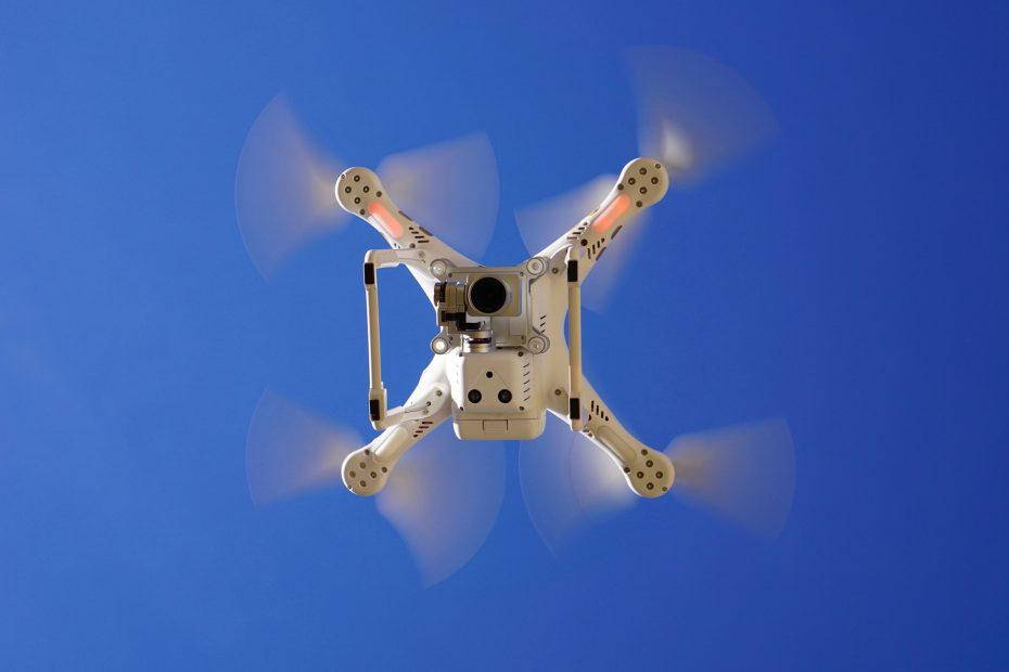 ¿Cargar tu coche eléctrico mientras circulas con un dron? Ojo a la nueva patente de Amazon