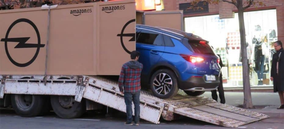 ¡Amazon España entrega su primer coche! Y ha llegado con todos los honores a su dueño…