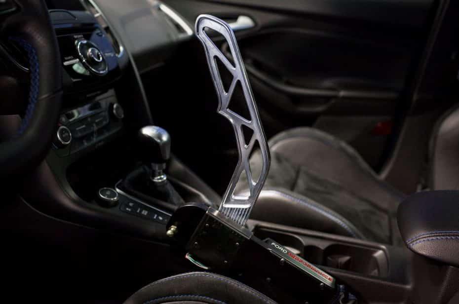 Así de fácil es montar el freno de mano electrónico inspirado en el mundo del rally para el Focus RS