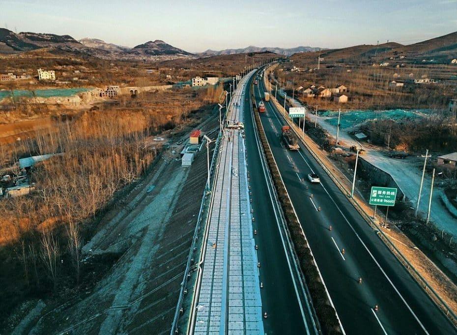 China ya tiene listo su primer tramo de carretera solar ¡Y es capaz de recargar coches eléctricos!