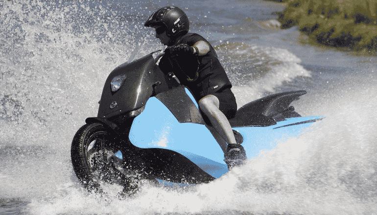 Una scooter que se convierte en una moto de agua ¡Ojo a esta creación de lo más loca!
