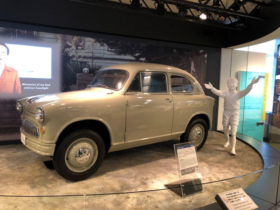 Suzulight: Así era el primer coche que fabricó Suzuki en 1954, con 16 CV y dos cilindros