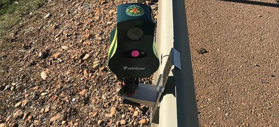 ¿Es ilegal que la DGT coloque los nuevos radares Velolaser sobre el guardarraíl? Así lo afirma esta denuncia