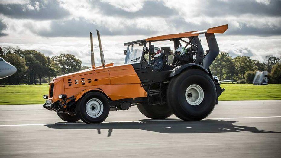 Este tractor pilotado por 'The Stig' ha logrado el nuevo Récord Guinness de velocidad ¡A más de 140 km/h!