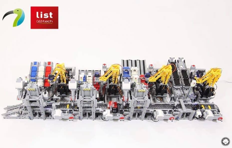 No hay nada que se le resista a LEGO: Esta cadena de montaje se mueve ¡E incluso ensambla coches!