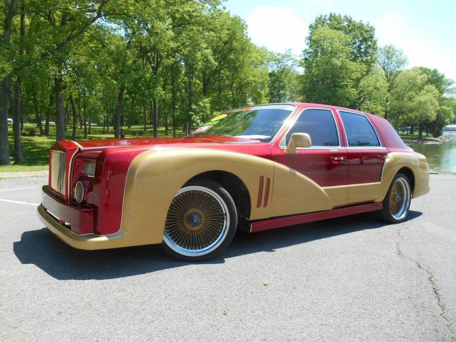 Es un Lincoln Town Car, aunque más bien parece un Rolls-Royce Phantom edición 'Iron Man'
