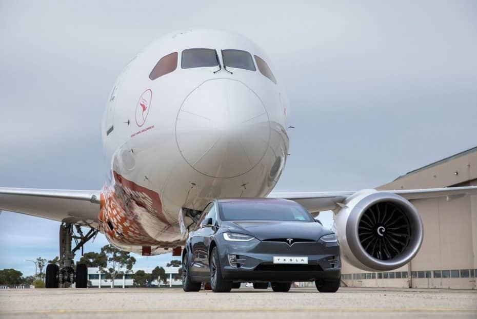 La última hazaña de Tesla: Un Model X remolcando un Boeing… ¡De más de 130 toneladas!