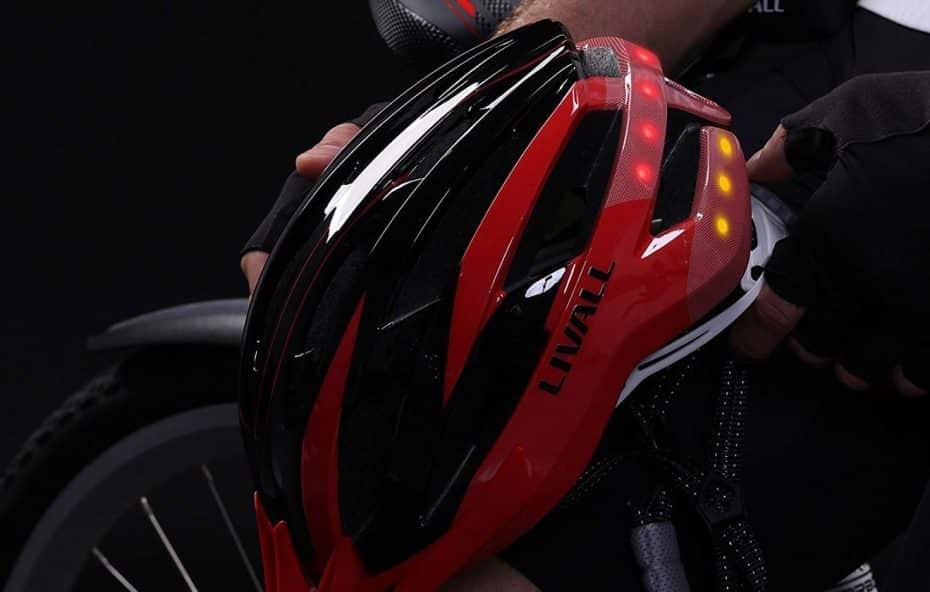 ¿Un casco de bicicleta con intermitentes, luces LED, llamada de emergencia y manos libres?