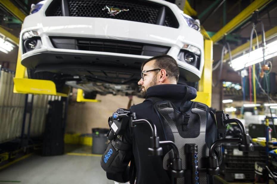 Te presentamos el EksoVest: Un exoesqueleto con el que Ford equipará a sus trabajadores