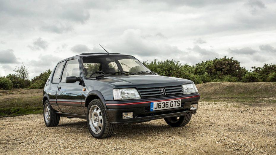 Este Peugeot 205 GTI restaurado esconde una gran sorpresa en su interior ¿Adivinas qué es?