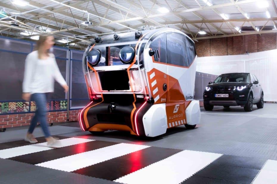 """Jaguar Land Rover presenta los """"ojos virtuales"""" para que los peatones confíen en el coche autónomo"""
