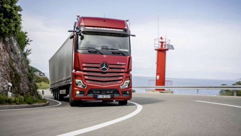 Las cámaras en lugar de los espejos retrovisores llegan al nuevo Mercedes-Benz Actros 2019