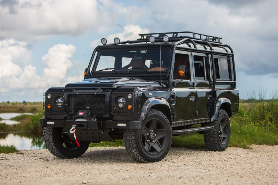 E.C.D. Automotive Design ha creado el Project Evolution: Un salvaje Defender con motor Corvette