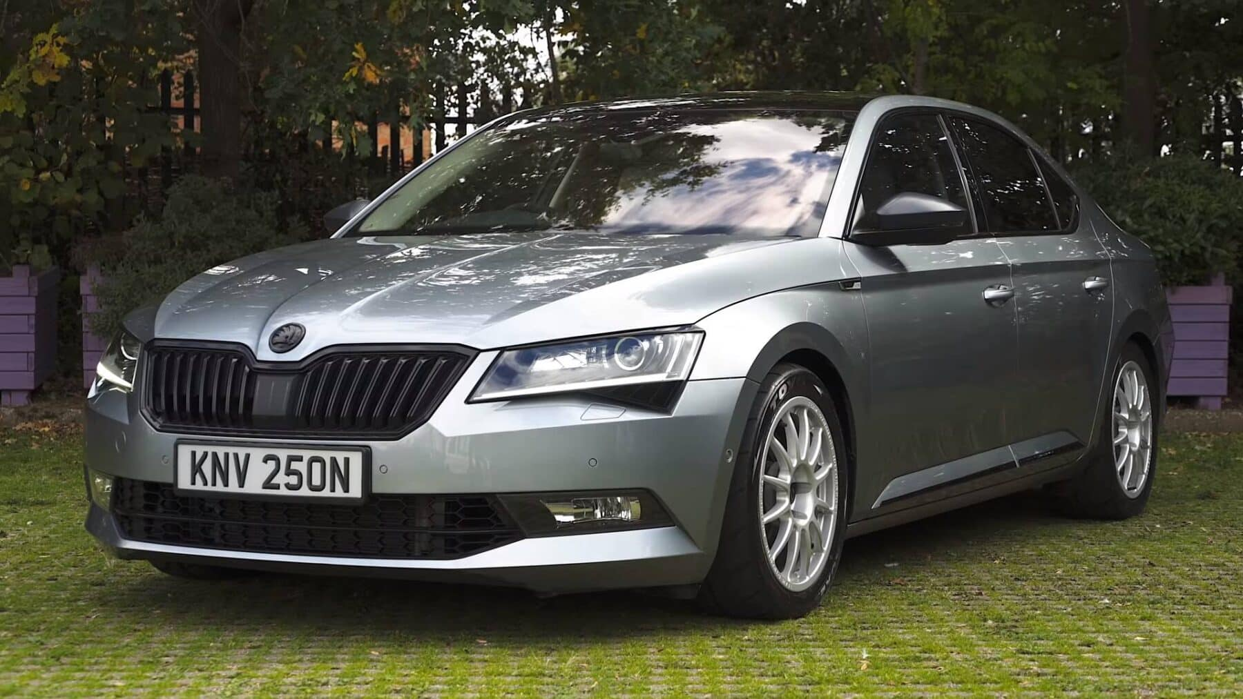 este skoda superb es un aut ntico 39 sleeper 39 con 560 cv. Black Bedroom Furniture Sets. Home Design Ideas