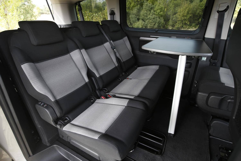 El interior de una furgoneta camperizada es muy distinto de su homólogo para transporte