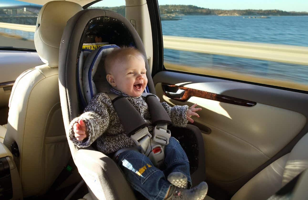 donde es mejor sentar a los niños en el coche