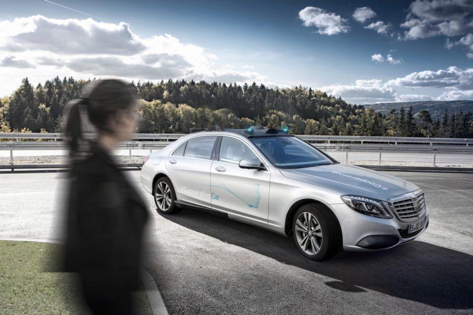 """Mercedes presenta el """"Co-operative Car"""": Un Clase S autónomo capaz de interactuar con los peatones"""