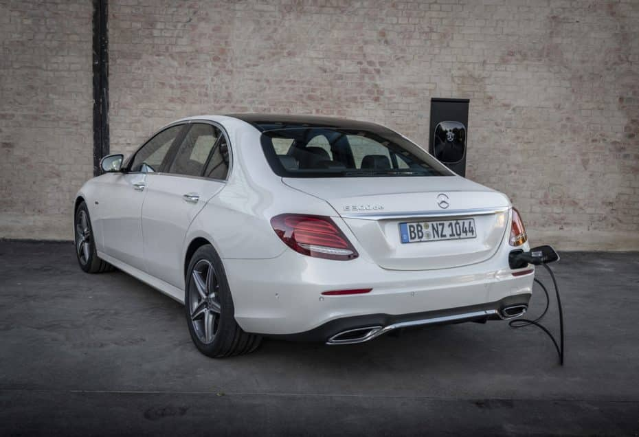 El Mercedes-Benz E 300 de ya tiene precio en España: El híbrido-enchufable en berlina o familiar