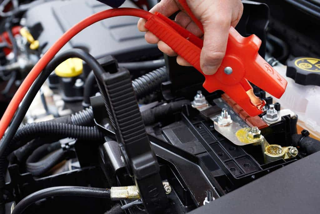 Instalación de pinzas en la batería del coche