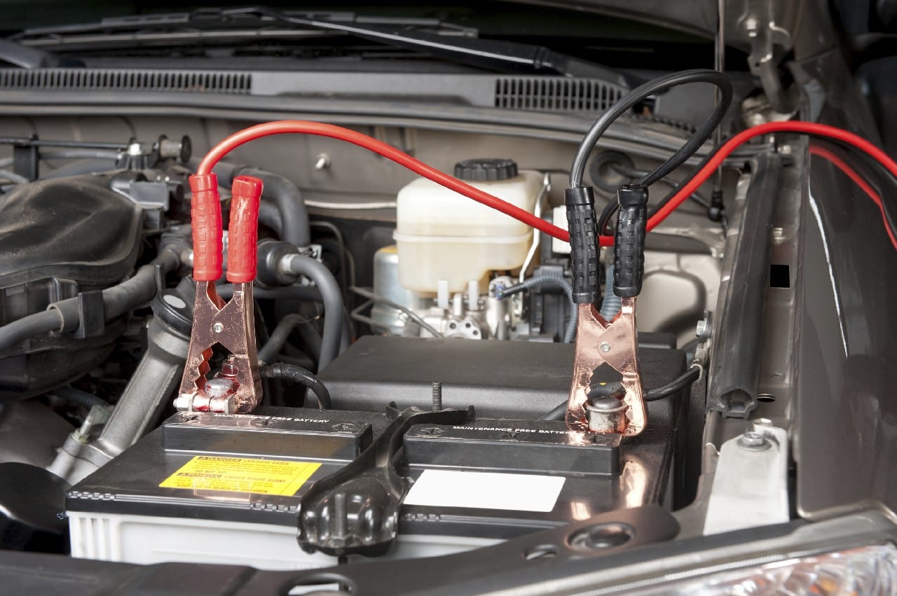 arrancar un coche sin batería con pinzas y otro coche