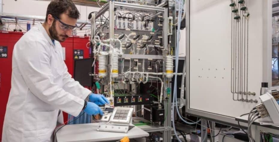Este dispositivo convierte la humedad del aire en hidrógeno y funciona