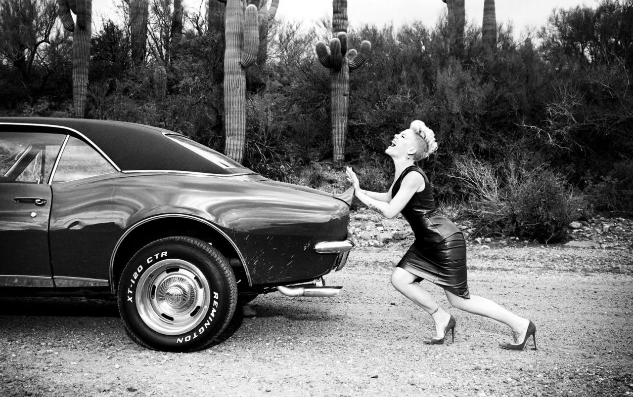 Empujar siempre es una alternativa que podría funcionar o no para arrancar el coche sin batería