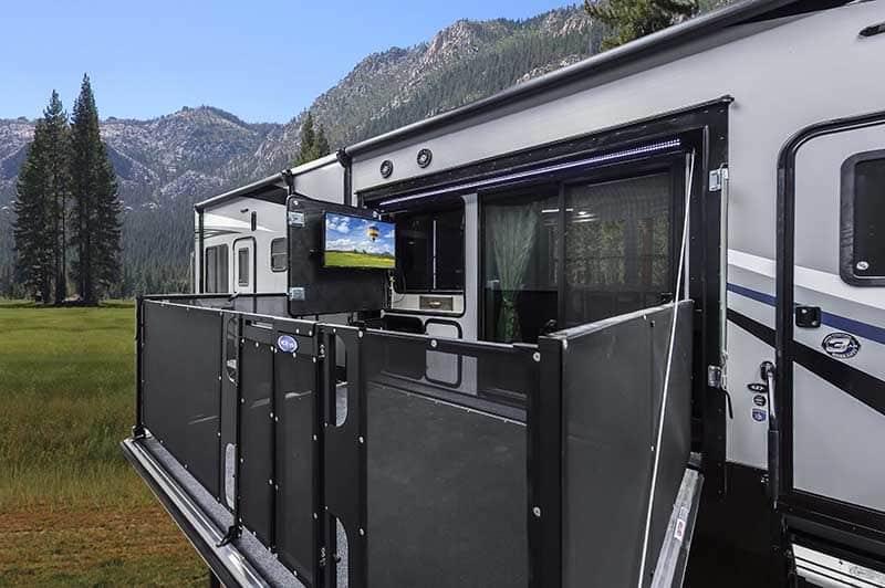 El Cyclone Ultimate Tailgate no es una caravana: Es la mejor sala de fiestas que conoces y tiene hasta jacuzzi