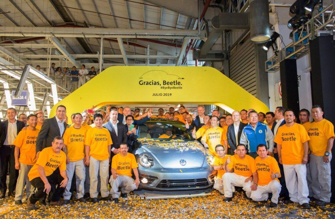 El último Volkswagen Beetle sale de la línea de producción