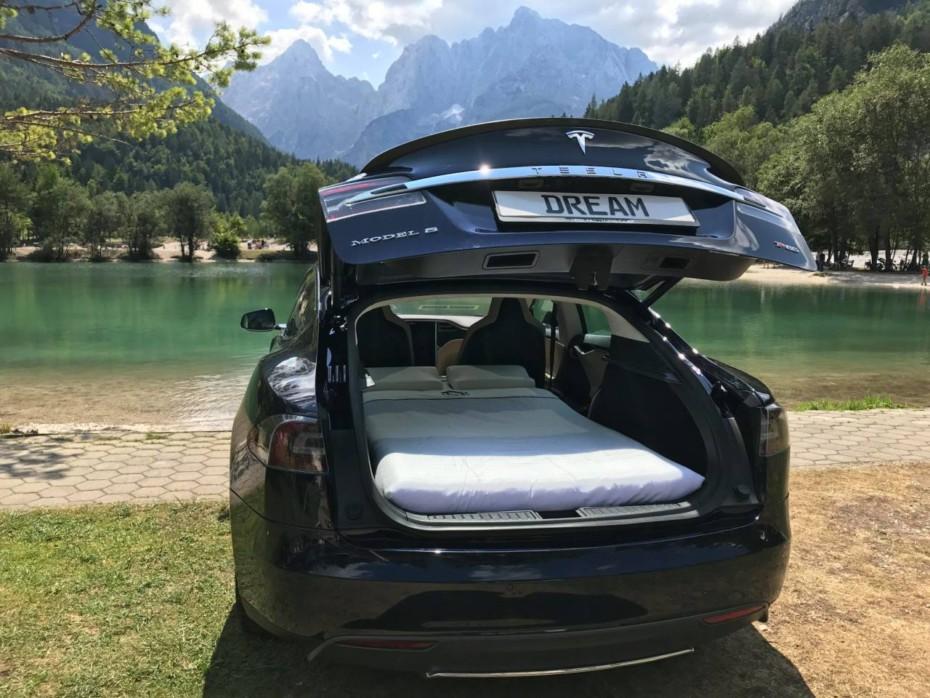 Por apenas 700 euros puedes camperizar tu Tesla con este cama plegable