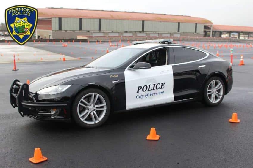 Mola tener un Tesla Model S de coche patrulla, hasta que se queda sin batería en plena persecución…