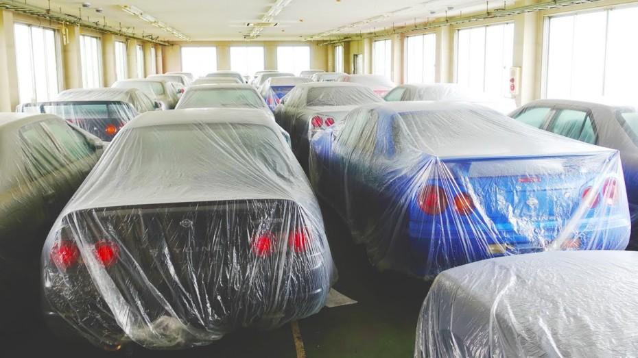 Docenas de Nissan SkylineR32, R33 y R34 esperan  en este almacén a ser comprados y exportados