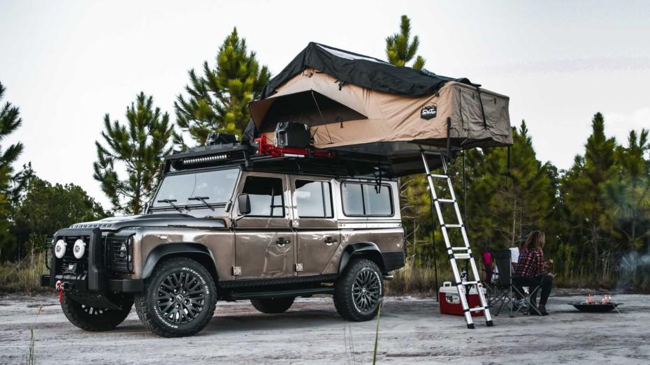Este Land Rover Defender con motor V8 de Corvette es la camper de tus mejores sueños