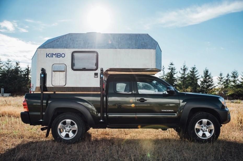 Esta camperización para pick up de Kimbo es liviana y sencilla, pero muy acogedora