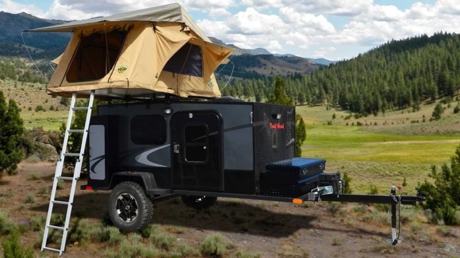 Así es el Trail Head: Una caravana equipada con una motosierra y una pala de serie