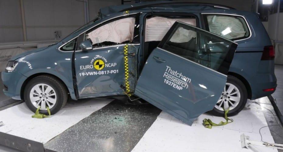 «Ridículo a medias»: El Volkswagen Sharan pierde una puerta en las pruebas de choque