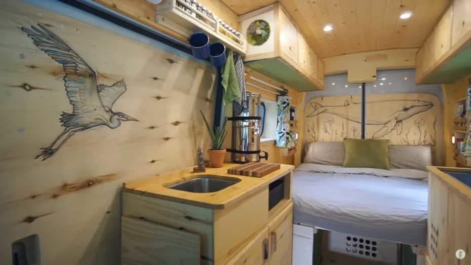 Esta pareja ha creado una de las furgonetas camper más acogedoras que vas a ver