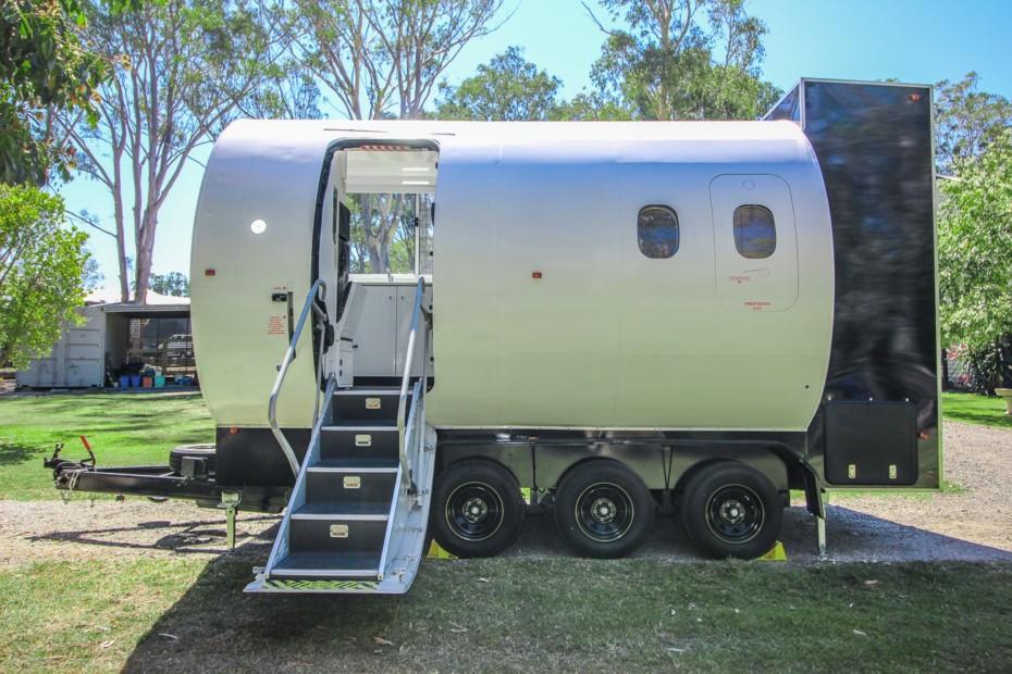 Esta caravana hecha con el fuselaje de un avión es una de las camper más originales que vas a ver