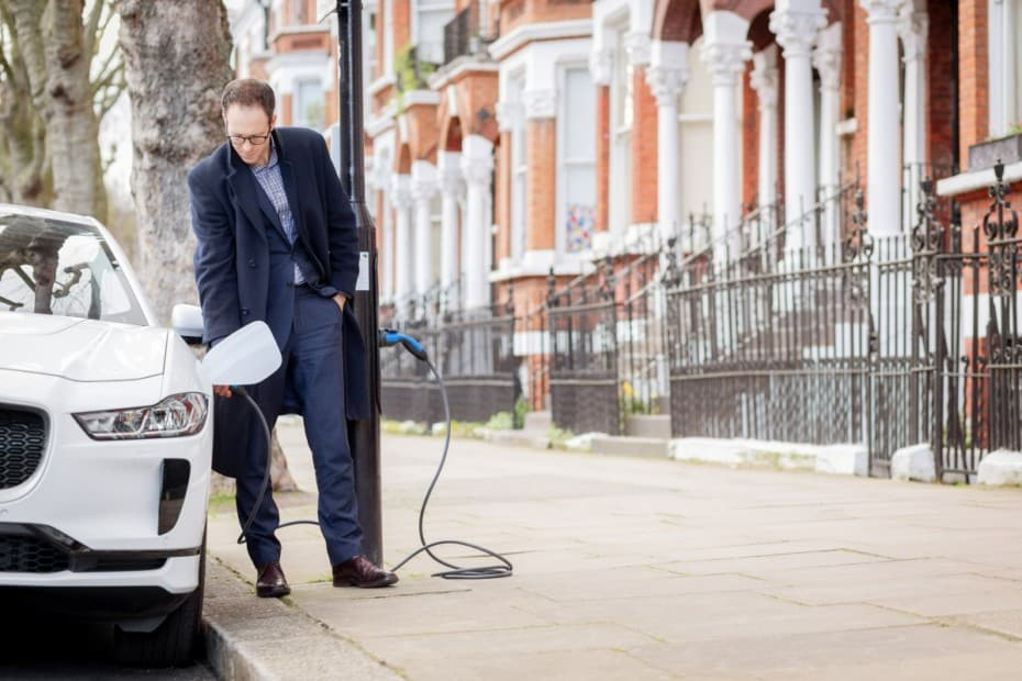 Recargar coches eléctricos en las farolas: La primera Avenida Eléctrica del mundo es una realidad