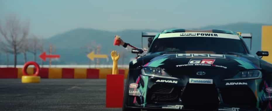 ¿Qué demonios hace un Toyota Supra haciendo drift en un McDonald's?: Curiosa colaboración…