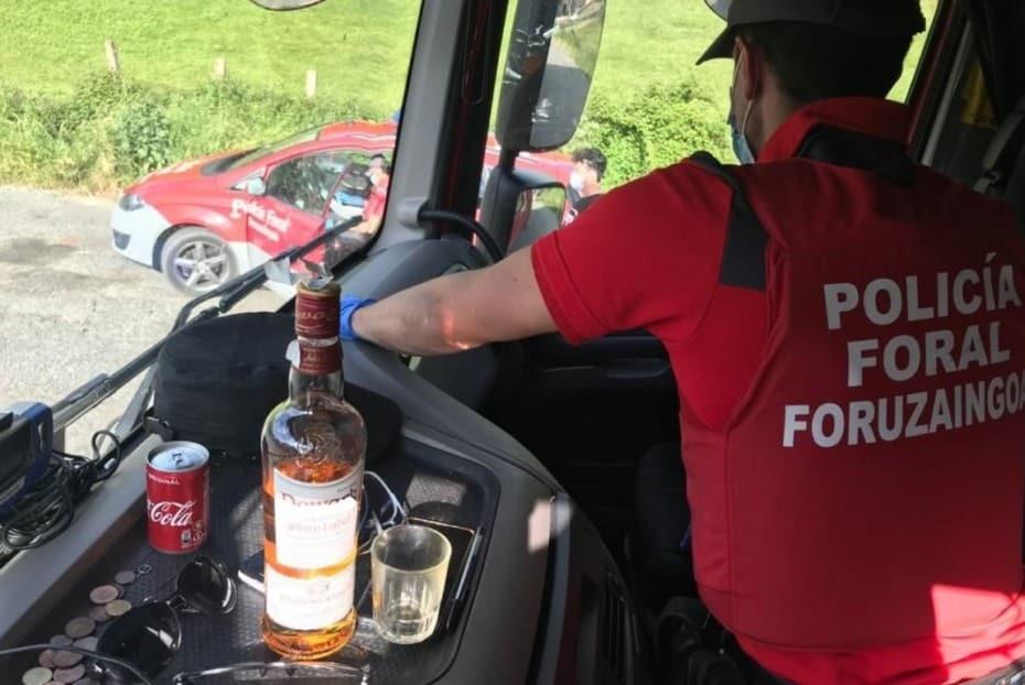 De traca: Cazado un camionero que iba tomándose «copazos» mientras conducía…