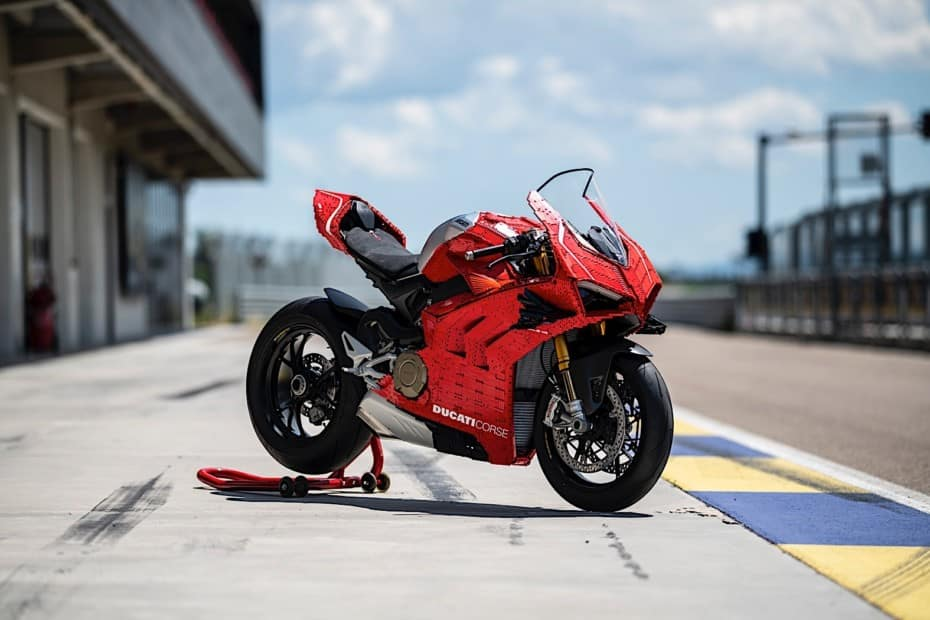 15.000 ladrillos y más de 400 horas de trabajo dan vida a esta Ducati Panigale V4 R de LEGO