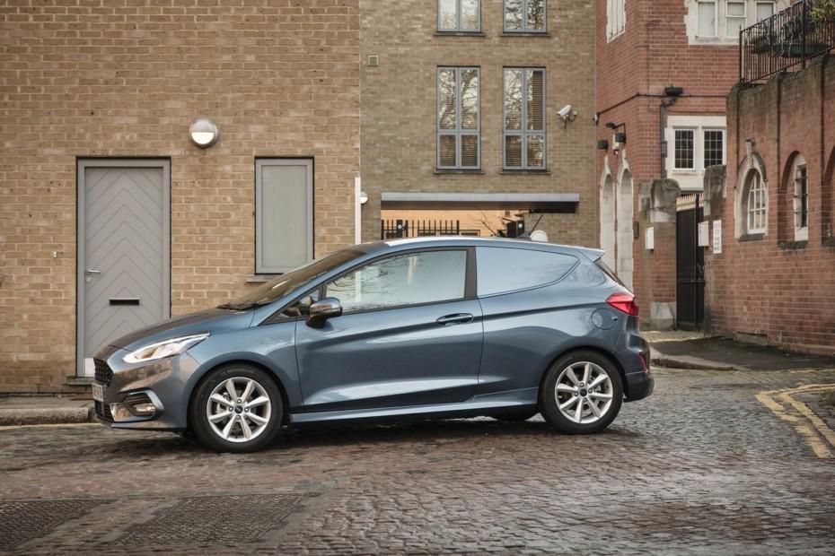 Ford Fiesta Van EcoBoost Hybrid: Gasolina, etiqueta ECO y la misma capacidad de antes