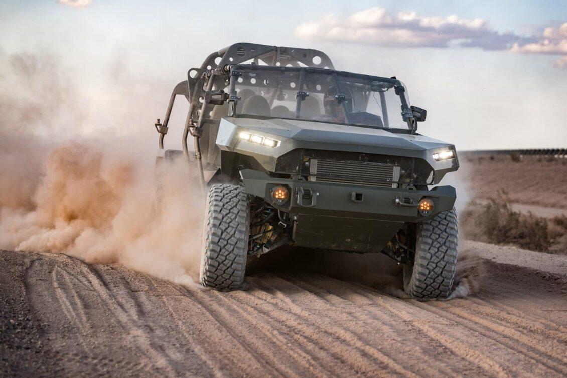 GM nos presenta su «concepto» de coche militar eléctrico: busca punto de carga en medio de la guerra…