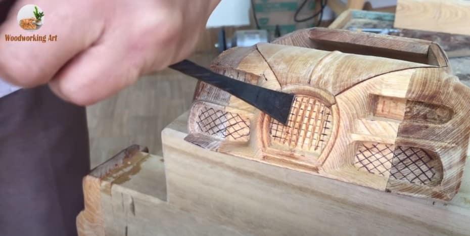 Este artista es capaz de crear exóticas reproducciones con un trozo de madera