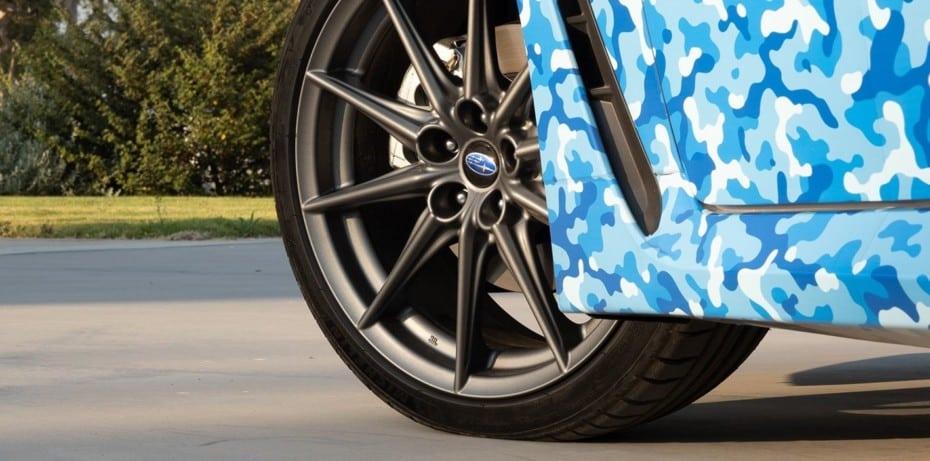 Subaru empieza a mostrarnos el nuevo BRZ: ¿son esas las llantas del Toyota GR Yaris?