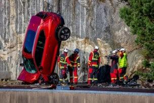 Volvo lanza coches desde 30 metros de altura por nuestra seguridad